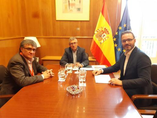 José Hila y Ramon Perpinyà con el secretario de Estado de Medio Ambiente, Hugo Morán.