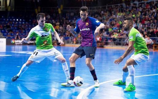 Mati Rosa (izquierda) pugna por un balón con un jugador del Barça.