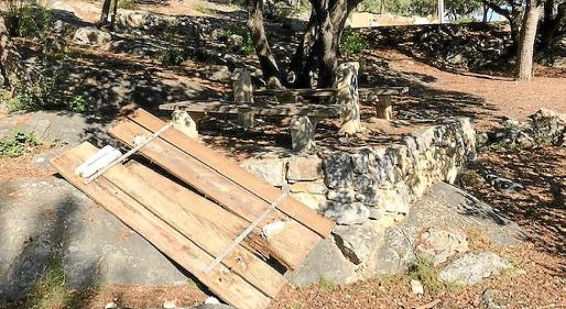 Una mesa, arrancada de cuajo de las patas de piedra y tirada por el recinto.