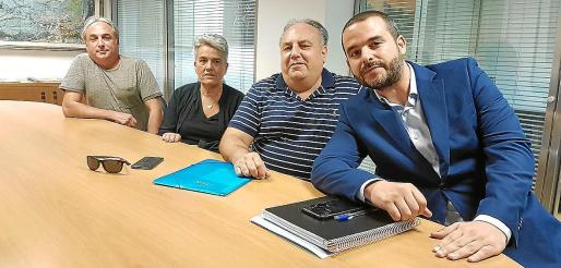 Joan, Pilar y Pep, propietarios de los desguaces implicados, junto a su abogado, Gonzalo Márquez, este martes en 'Ultima Hora'.