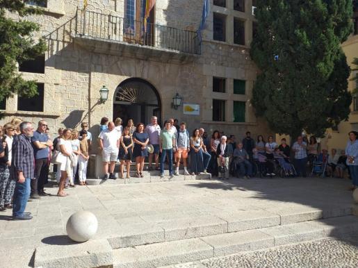 Minuto de silencio en el Ajuntament d'Artà por las víctimas de las inundaciones en Mallorca en 2018.