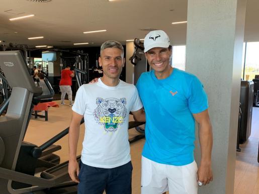 Salva Sevilla y Rafael Nadal posan en la Academy de Manacor.