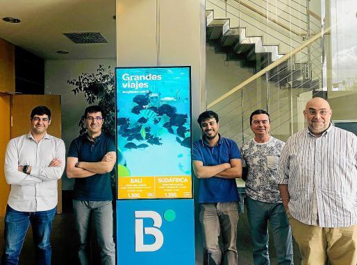 Marc Riera (jefe de proyecto), Rafael Ruiz (técnico de sistemas), los diseñadores gráficos Juan Pablo Lorca y José María Parra y el coordinador José María Puerta forman el equipo de inovacion de Ávoris que ha desarrollado el proyecto Escaparates Digitales, que pretende revolucionar el funcionamiento de las agencias de viajes tradicionales.