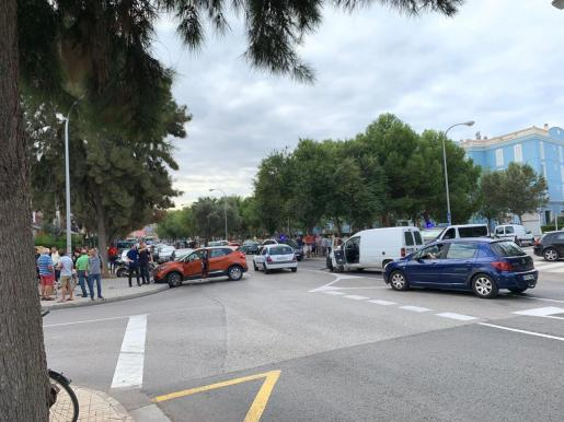 Imagen de los coches contra los que se ha ido chocando el vehículo perseguido.