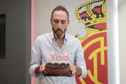 Vicente Moreno sopla la tarta conmemorativa de dus 100 partidos dirigiendo al equipo balear.