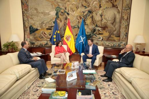 La ministra de Defensa en funciones, Margarita Robles, en la firma de un convenio entre su Departamento y el Ayuntamiento de Los Alcázares con el fin de estrechar la colaboración con la Academia General del Aire.