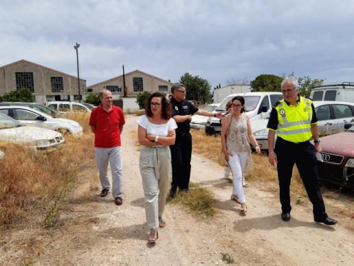 La edil de Seguretat, Joana Adrover, en una visita a Son Toells junto amandos policiales en agosto de este año.