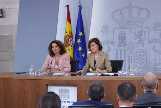 La ministra de Hacienda en funciones, María Jesús Montero, y la vicepresidenta del Gobierno en funciones, Carmen Calvo.