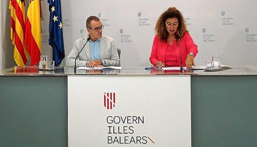 Juan Pedro Yllanes –en la imagen, junto a Pilar Costa– compareció este viernes por primera vez desde su nombramiento como vicepresidente, el pasado julio, para informar de un acuerdo del Govern.