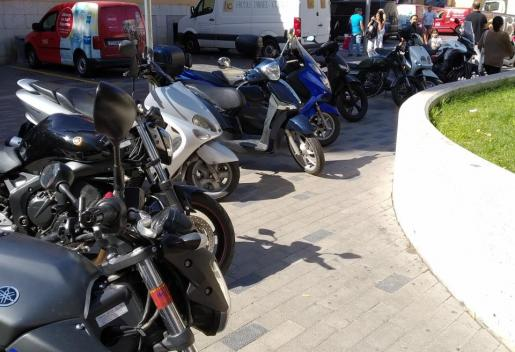 Invasión de motos sobre la acera en Palma