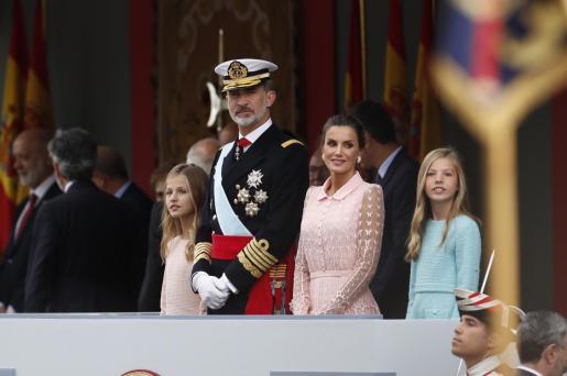 La princesa Leonor (i), el rey Felipe VI, la reina Letizia, y la infanta Sofía (d), en el madrileño Paseo de la Castellana, lugar en el que se ha celebrado el desfile de la Fiesta Nacional.