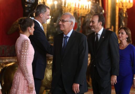 El rey Felipe VI, la reina Letizia, y el juez del Tribunal Supremo Manuel Marchena (2d), en el Palacio Real de Madrid.