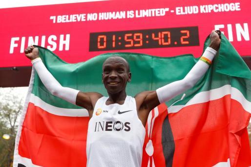 Eliud Kipchoge, atleta de Kenia, tras finalizar el maratón en el que ha bajado de las dos horas este sábado en Viena.