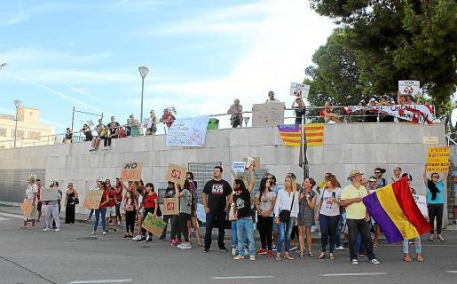 Los animalistas se manifestaron ante la plaza de toros con lemas y gritos.