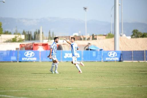 Los jugadores del Atlético Baleares celebran un gol este domingo.