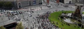 Unos 1.000 independentistas cortan la Gran Vía tras ser desalojados de Sants