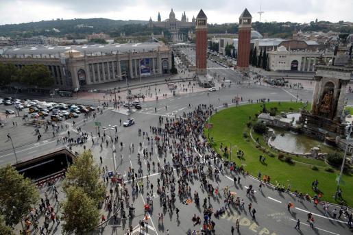 Numerosos independentistas se concentran a esta hora en las inmediaciones de la Plaza de España de Barcelona.