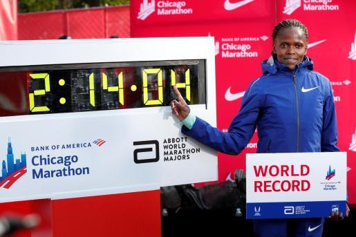 La keniata Brigid Kosgei muestra el crono logrado y que le vale el récord mundial de maratón.