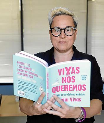 Sonia Vivas, con su libro entre las manos.