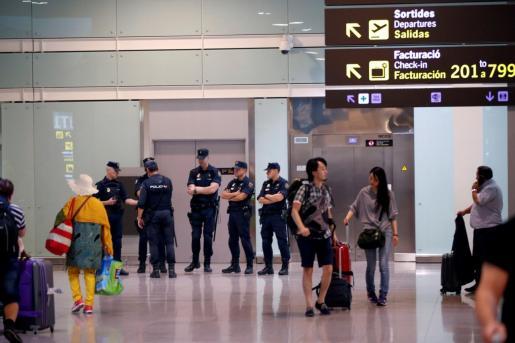 Mossos d'Esquadra y Policía Nacional se han desplegado desde primeras horas de hoy en el Aeropuerto de Barcelona , uno de los puntos calientes donde se pueden producir incidentes tras conocerse la sentencia del 'procés'.