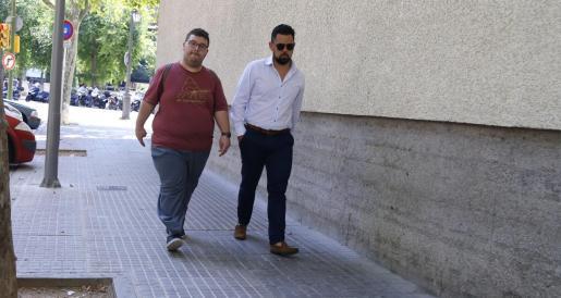 El acusado (a la izquierda), junto a su abogado, Eduardo Luna, dirigiéndose a la Jefatura de Policía.