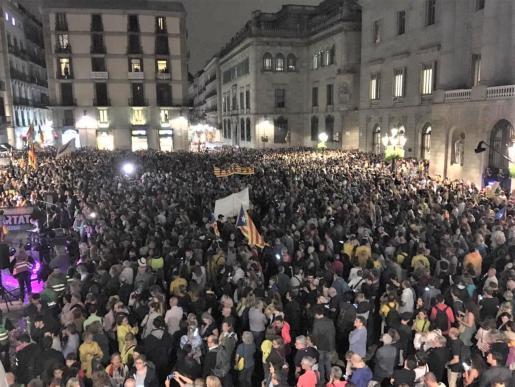 Miles de asistentes en la concentración de ANC y Òmnium en la plaza Sant Jaume de Barcelona contra la sentencia del proceso independentista.