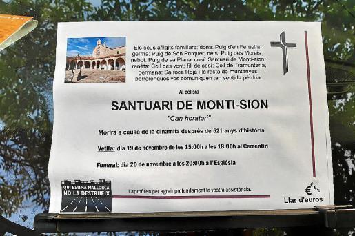 En distintos espacios del municipio aparecieron las esquelas que simulaban la muerte de las montañas de la localidad afectadas por las canteras de extracción de material para la construcción.