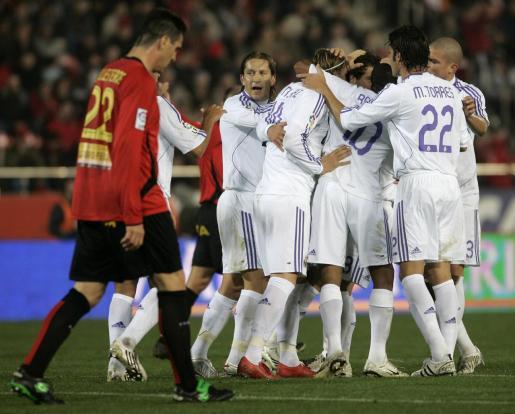 Los jugadores del Real Madrid celebran uno de los cinco tantos que lograron en su triunfo 0-5 en su última visita al Real Mallorca en Primera División en Son Moix.