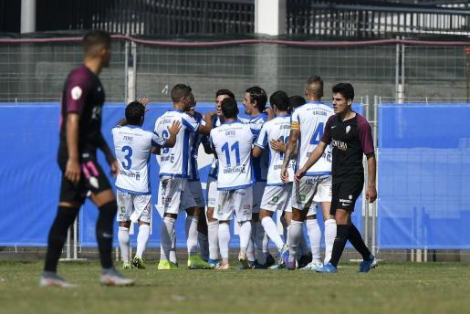 Los jugadores del Atlético Baleares celebran el segundo tanto en la victoria conseguida este domingo en el Estadi Balear ante el Sporting B.