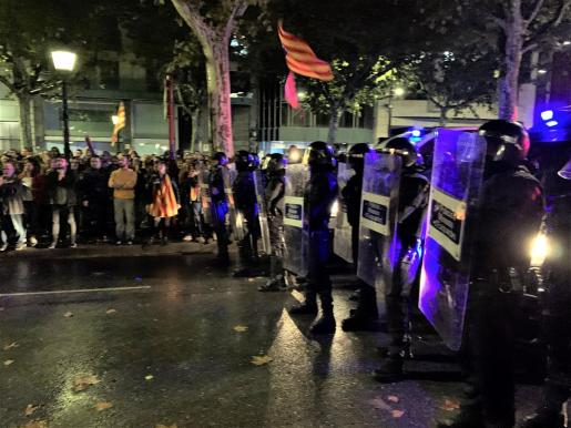 Cargas policiales contra manifestantes concentrados ante la Subdelegacion del Gobierno en Lleida y ante la Jefatura de Barcelona.