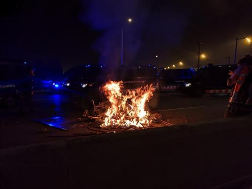 Decenas de manifestantes desalojados del Aeropuerto de Barcelona-El Prat han dejado de alejarse de la infraestructura y se han concentrado de nuevo.