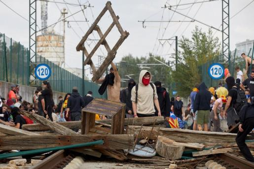 El servicio de tren de alta velocidad (AVE) se interrumpió este lunes en Girona después de que un centenar de manifestantes accediesen a las vías.