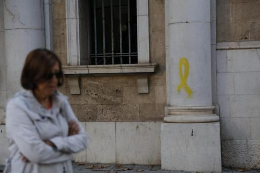 Una de las columnas de la fachada de los juzgados de Vía Alemania con un lazo amarillo.