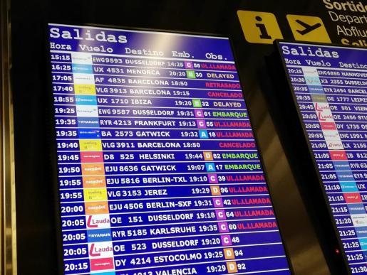 Imagen del panel informativo con los vuelos cancelados.