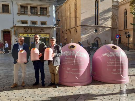 El alcalde de Palma, José Hila, el presidente de Emaya, Ramon Perpinya, y el gerente de Ecovidrio, Roberto Fuentes, en la presentación de la campaña 'Recicla vidrio'.