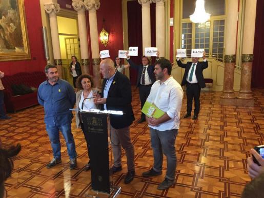 Diputados de Vox, con carteles, tras los diputados de Més per Mallorca, que comparecían ante los medios tras abandonar el pleno del Parlament en protesta por la sentencia del procés.