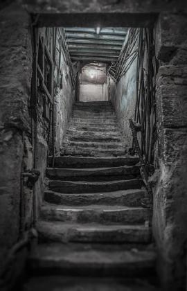 Los agentes se encontraron con una escalera oculta detrás de un armario en el salón, que conectaba con un sótano bajo la casa.