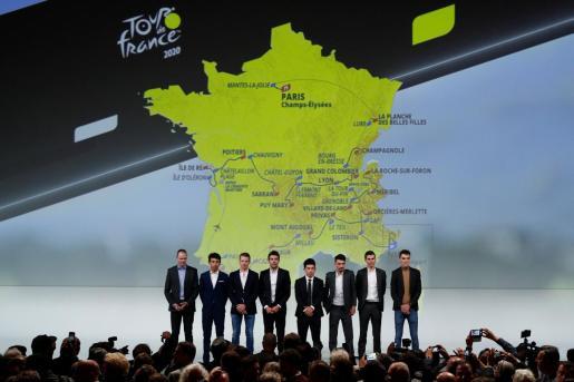 Cyclists Christopher Froome, Egan Bernal, Steven Kruijswijk, Thibaut Pinot, Caleb Ewan, Julian Alaphilippe, Warren Barguil and Romain Bardet posando ante el mapa del recorrido del Tour 2020.