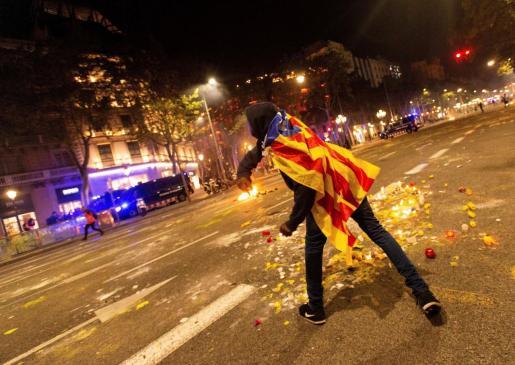 Un manifestante se enfrenta a los Mossos de Escuadra junto a la Delegación del Gobierno en Barcelona durante los incidentes producidos al finalizar la movilización convocada por los CDR.