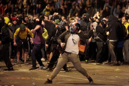 En puntos como en Girona se produjeron también choques violentos entre los manifestantes y la policía.