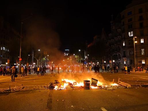 Hoguera en el paseo de Gràcia de Barcelona durante los disturbios por la sentencia del procés.
