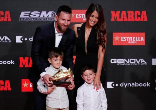 Lionel Messi recibe la Bota de Oro junto a su familia.