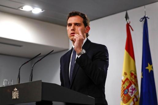 El líder de Ciudadanos, Albert Rivera, durante la rueda de prensa que ha ofrecido al terminar su reunión con el presidente del Gobierno en funciones, Pedro Sánchez.