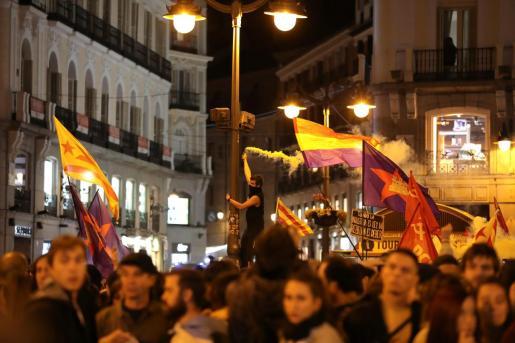 Cientos de personas se concentran este miércoles en la madrileña Puerta del Sol en solidaridad con los líderes del procés, en el tercer día de movilizaciones de protesta contra las condenas impuestas por el Tribunal Supremo.