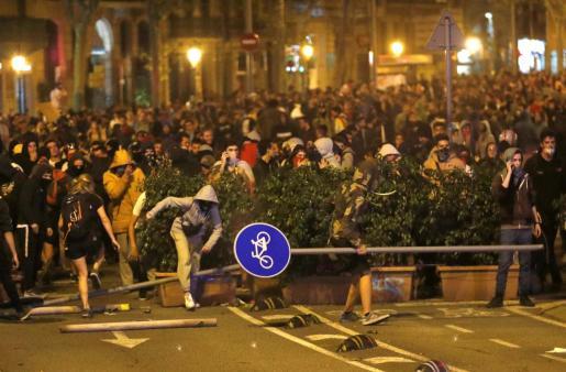 Manifestantes enfrentándose a la policía en Barcelona.