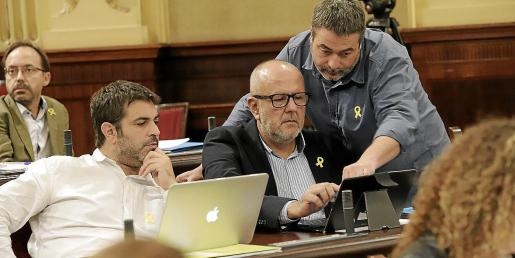 Diputados de Més, con lazo amarillo, el martes en el Parlament.