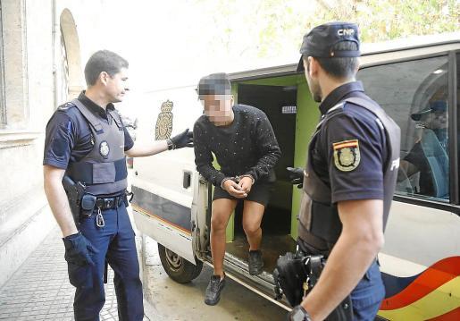 El arrestado, Gustavo C. Q., de 18 años, llega a los juzgados de Vía Alemania de Palma.