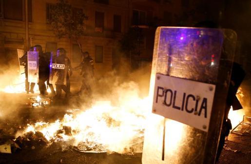 Las hogueras volvieron a las calles en la tercera noche de incidentes en Cataluña tras la sentencia del 'procés'.