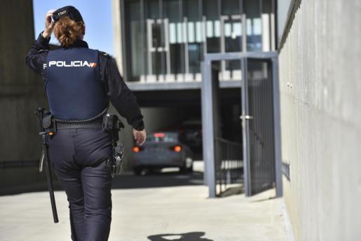 Una agente del Cuerpo Nacional de Policía, durante un servicio.
