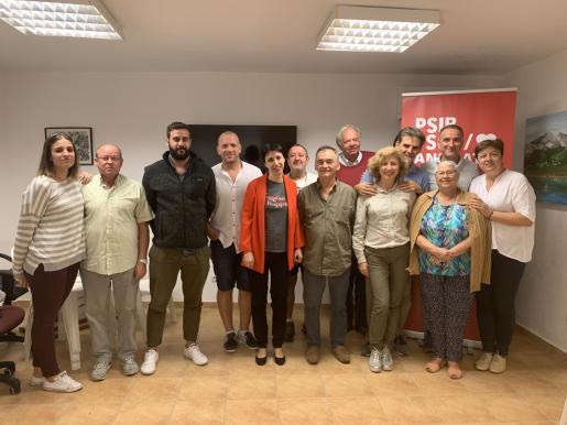 Silvia Cano y los candidatos del PSIB al Congreso y al Senado con la agrupación socialista de Andratx.